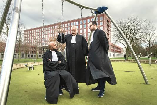 Advocaat Peter Schouten (m) en kantoorgenoten Wiekash Ramnun (l) en Patrick Grijpstra in de bewuste speeltuin.