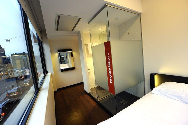 Een typische Easyhotelkamer: bed, douche en tv Beeld anp