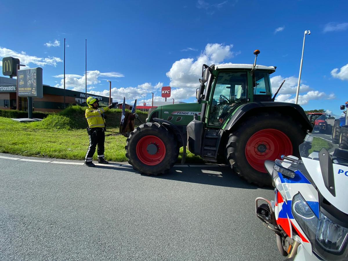 De motoragent houdt Thijs Wieggers onder schot, nadat die in zijn trekker is gestapt.