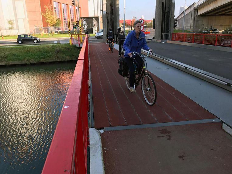 De fietsers kunnen eindelijk, na enkele maanden uitstel, gebruik maken van de fietsersbrug.