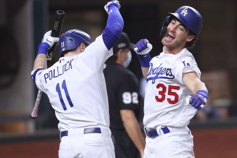 Cody Bellinger (rechts) viert zijn home run in de wedstrijd tegen de Atlanta Braves, zondag in Arlington, Texas. Beeld AFP