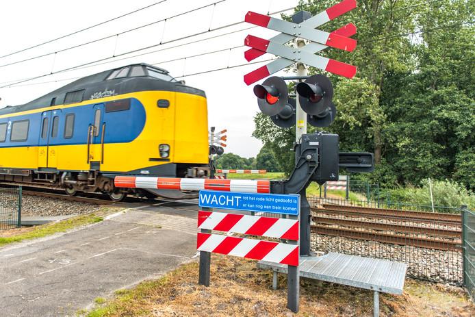 Een intercity van de NS (Nederlandse Spoorwegen) op een bewaakte spoorwegovergang in het Drentse Ydermade
