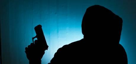 Drie mannen bedreigen Duitser (24) die staat te plassen, slachtoffers beroofden mishandeld