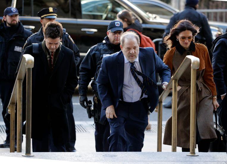 De jury in de zaak tegen Harvey Weinstein (midden) gaat vandaag in beraad.