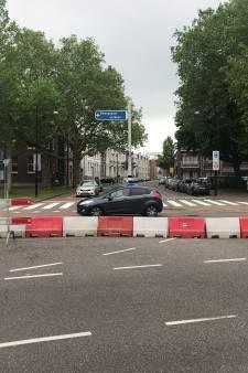 Gemeente zet barriers neer, omdat automobilisten lak hebben aan afsluiting voor kermis