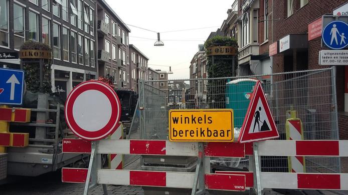 De Stikke Hezelstraat is deels afgesloten vanwege de aanleg van plantvakken waar straks bomen in worden geplant.