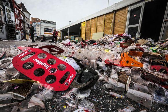 laatste dag carnaval Heist: de laatste feestvierders tussen het afval