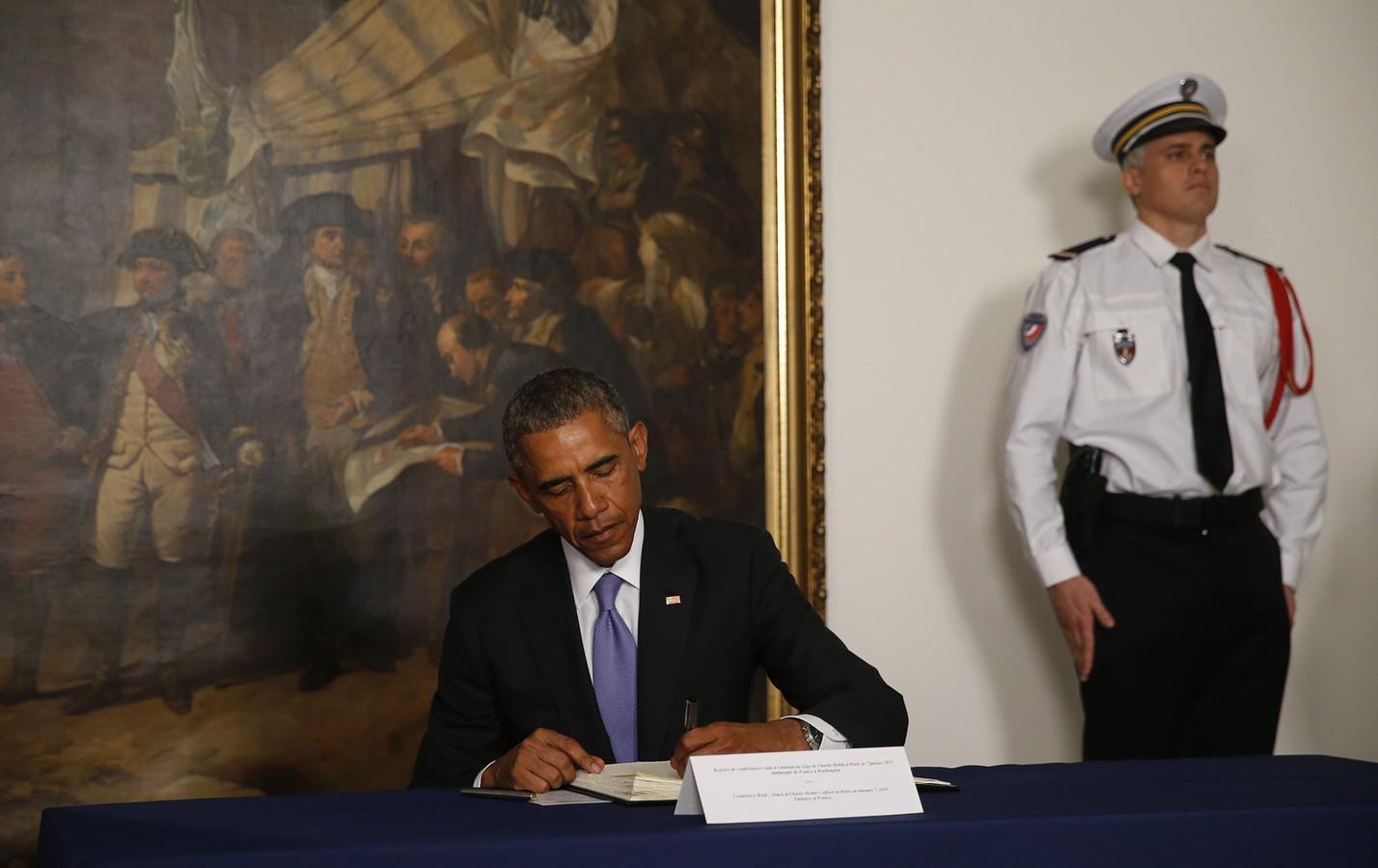 De Amerikaanse president Barack Obama tekent het condoleanceregister op de Franse ambassade in Washington