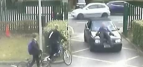 Man rijdt expres docent aan omdat hij wil parkeren voor school