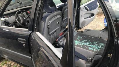 Vandalen vernielen geparkeerde wagen