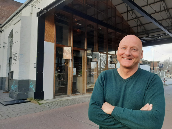 Rob van den Dobbelsteen voor het pand in de Spoorzone waar op woensdagavond gratis koffie en thee wordt geschonken.