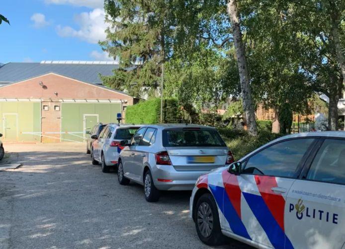 Politieauto's bij een pand aan de Wordenseweg op de grens van Velddriel en Kerkdriel tijdens de actie tegen hennepteelt en -handel