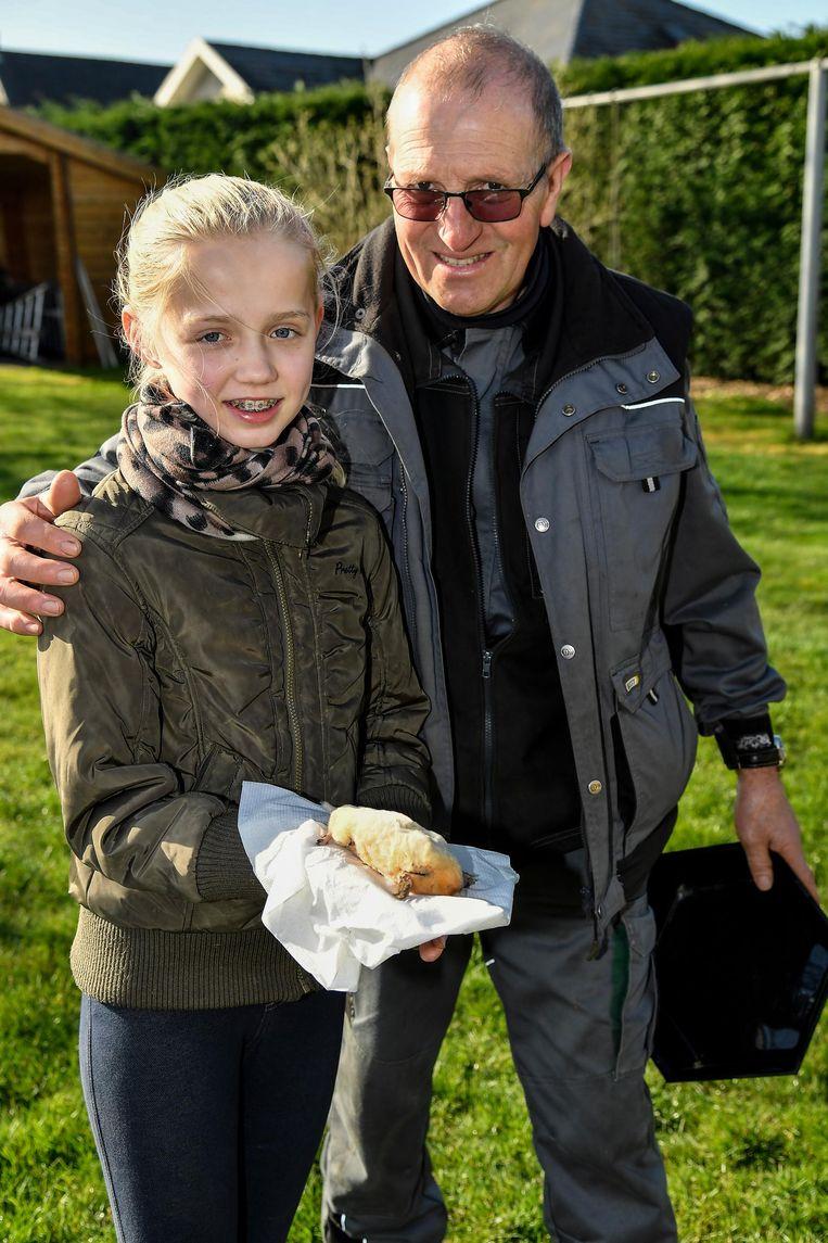 Freddy van Pottelberg en kleindochter Silke met de albinomol.