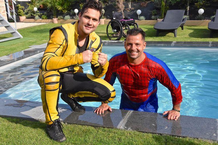 Bjorn ging afgelopen zomer elke dag zwemmen in een ander zwembad voor zijn revalidatie. Hier is hij te zien met Xavier van de televisieserie Rox.