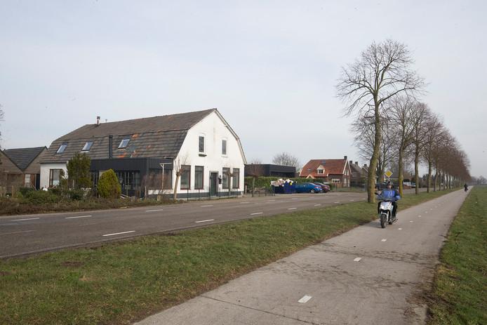 De Doetinchemseweg in Loerbeek. In het witte pand heeft een café gezeten, het wordt verbouwd tot woonruimte. Foto Theo Kock