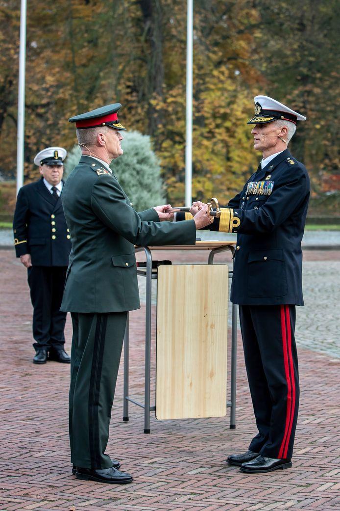 Generaal-majoor Nico Geerts draagt donderdagmiddag op het Kasteel van Breda het commando van de Nederlandse Defensie Academie (NLDA) over aan generaal-majoor der mariniers Richard Oppelaar (rechts).