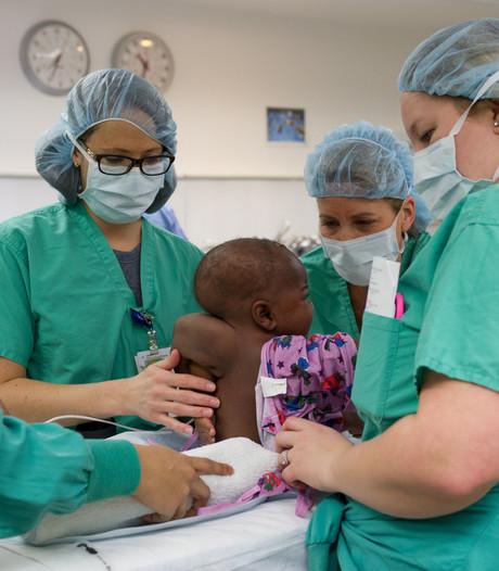 Baby met vier benen en twee ruggenwervels succesvol geopereerd