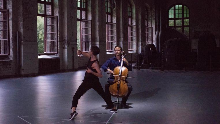 Cellist Jean-Guihen Queyras en een van de vier dansers op de cellosuites van Bach. Beeld null