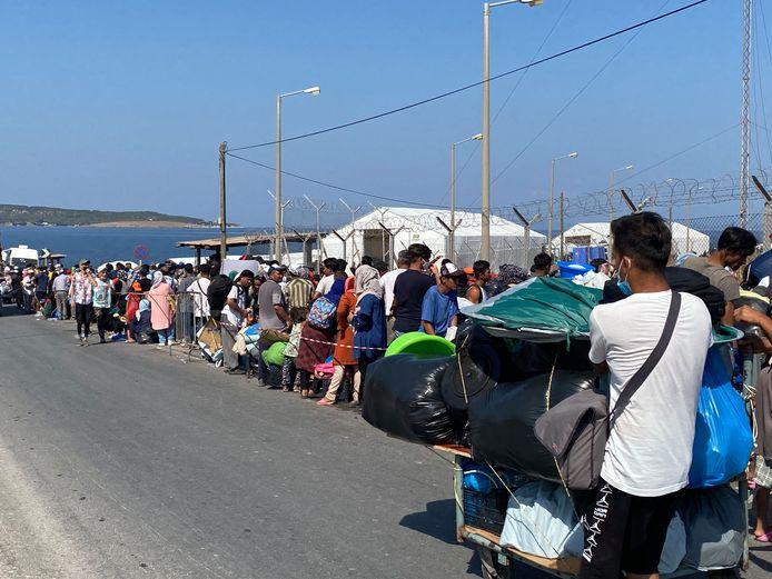 Drukte voor het nieuwe kamp, waar de Griekse regering vluchtelingen nu naartoe dwingt.