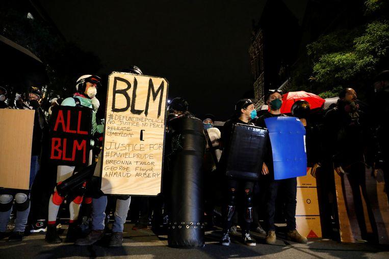 Demonstranten tijdens een betoging zaterdag naar aanleiding van de dood van Daniel Prude in Rochester, New York.  Beeld REUTERS