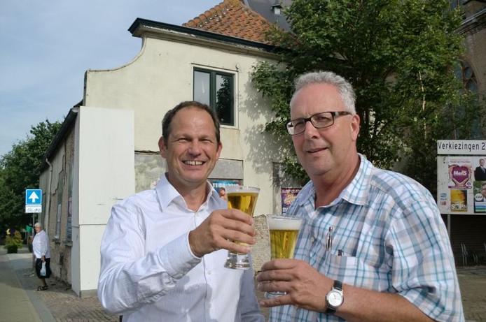 Toost van wethouder Jan Paantjes en koper Karel Bartelen van cafe Onder De Toren in Oud Gastel. foto Frank Timmers