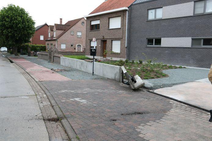 De vrachtwagen reed tegen dit betonblok waardoor zijn tank scheurde en de mazout lekte.