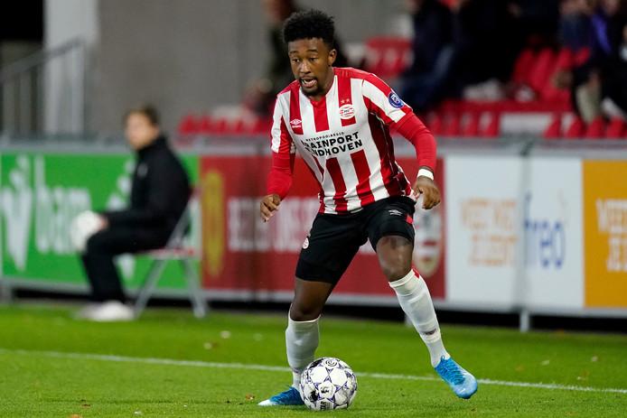 Chris Gloster in actie tegen FC Eindhoven.