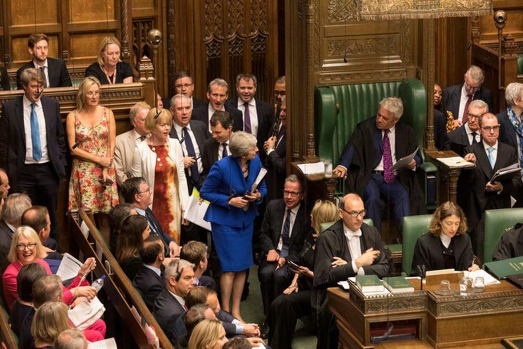 Het laatste vragenuurtje van Theresa May, met rechts vooraan griffier Sarah Davies. Beeld EPA