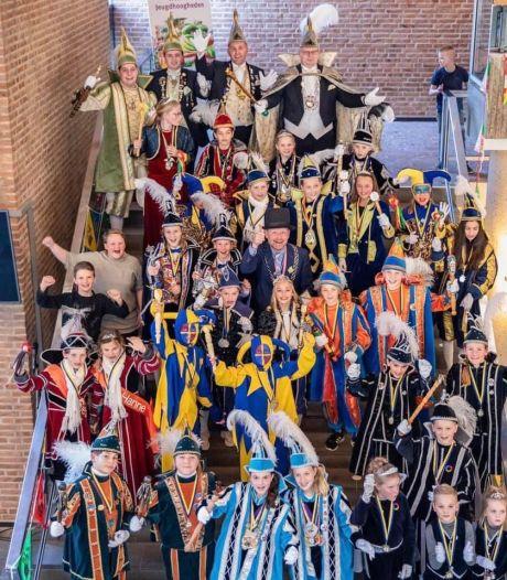 Burgemeester Oldenzaal brengt carnavalsgevoel tot leven: 'Iedereen begrijpt dat de foto niet nu is'