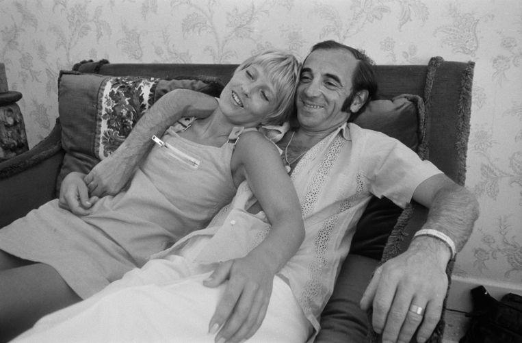 Charles Aznavour in juli 1968, op vakantie in Zuid-Frankrijk met zijn derde echtgenote, de Zweedse Ulla Thorsell. Beeld James Andanson