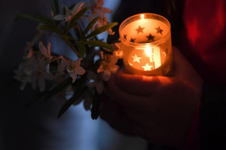 Bloemen en een kaarsje op de wake voor de vermoorde Julie Van Espen.