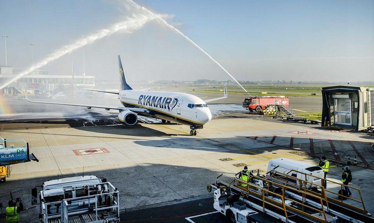 Het eerste vliegtuig van Ryanair komt aan op luchthaven Schiphol, eind 2015 Beeld anp