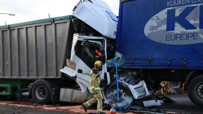 Vrachtwagenchauffeur zwaargewond bij kop-staartbotsing op E17