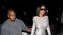 Kim Kardashian showt haar afgetraind lichaam in doorschijnende bodysuit