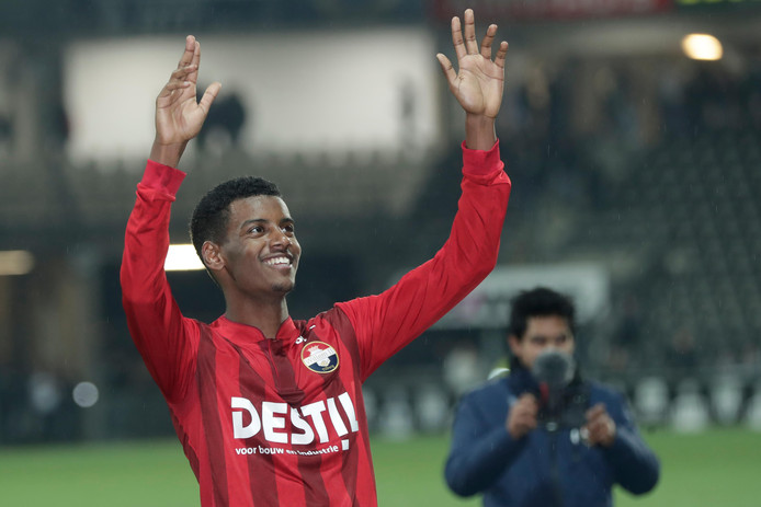 Isak viert de overwinning met de meegereisde fans.