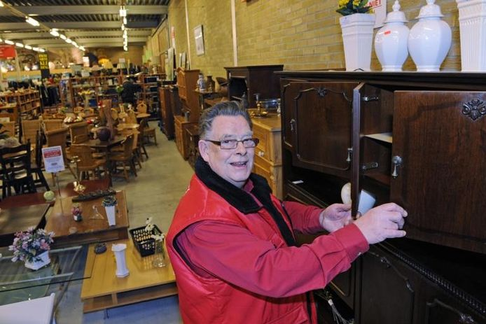 Henk Favié heeft de donkere eiken meubels al klaar gezet voor zijn Poolse klanten. In het depot van de Kringloopwinkel aan de Koningslijn staat veel meer dan in de winkel. foto Kevin Hagens