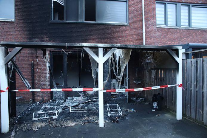 De schade van een woningbrand aan de Roosjestin in Tiel.