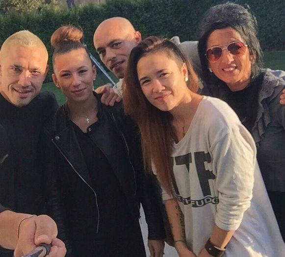 Radja Nainggolan, de betreurde Amber Noboa, Radja's halfbroer Manuel Noboa, zus Riana, en de vrouw van Radja's halfbroer, Peggy.