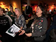 Dansen en zingen bij de Cliff X-mas party in café Stads