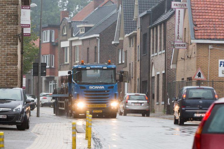 Het zwaar verkeer dat er niet moet zijn, moet uit de dorpskern blijven.