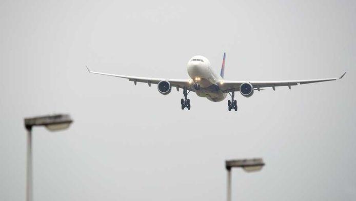 Een toestel van Delta Airlines landt op Schiphol. De communicatieapparatuur van vliegtuigen zal vaker last krijgen van storingen.