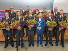 Elf vrijwillige brandweerlieden in Elburg na twintig jaar koninklijk onderscheiden