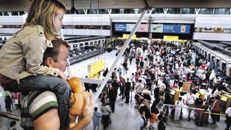Schiphol hoopt deze zomer meer klanten te trekken nu de vliegtaks, die 1 juli vorig jaar werd ingevoerd, weer afgeschaft is. (FOTO ROBIN UTRECHT, ANP) Beeld