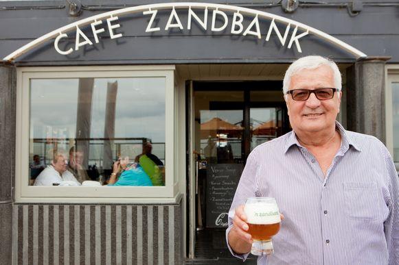 Dirk Sap bij zijn café De Zandbank.