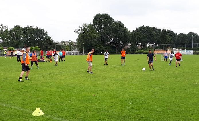 Ambtenaren voetballen tegen statushouders tijdens vijfde Roosendaal Raakt.