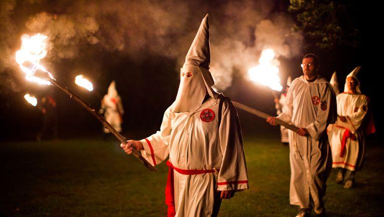 Leden van de KKK tijdens een ceremonie (Archiefbeeld).