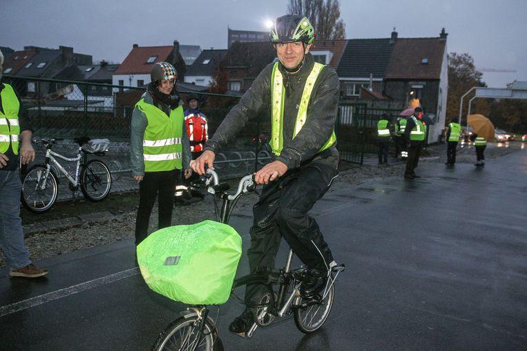 Een doorweekte Frank Deboosere houdt maandagochtend halt bij het Don Boscocollege in Zwijnaarde.