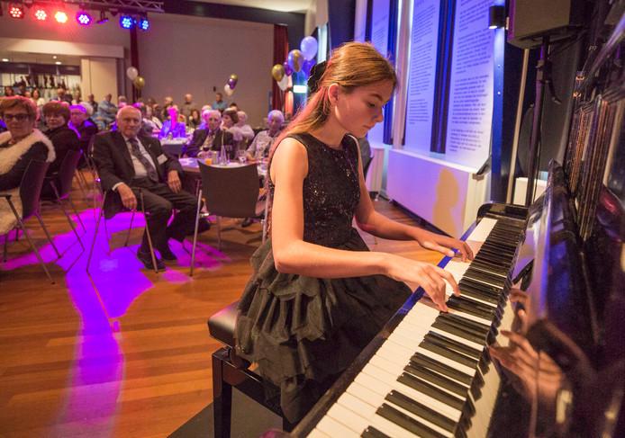Pianiste Laura Landman (13) uit Kortgene gaf zaterdag een miniconcert tijdens het verjaardagsfeest van het NUT.