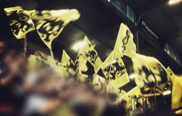 Tijdens de wedstrijd van Waasland Beveren afgelopen weekend tegen het Waalse Moeskroen, ging het zwaaien met de vlaggen gepaard met discriminerende spreekkoren en anti-Waalse gezangen.
