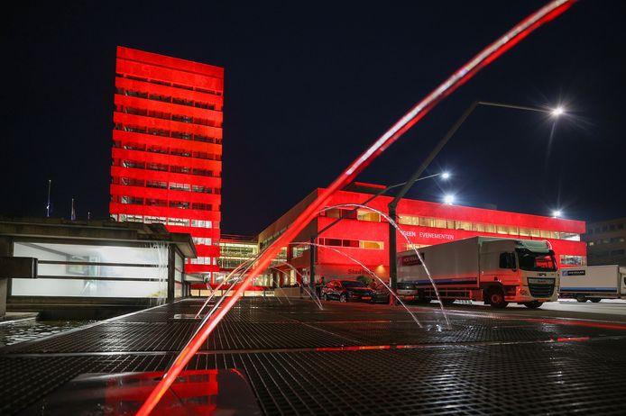 Stadhuis in Eindhoven is rood aangelicht vanwege de Red Alert-actie van de evenementenbranche.